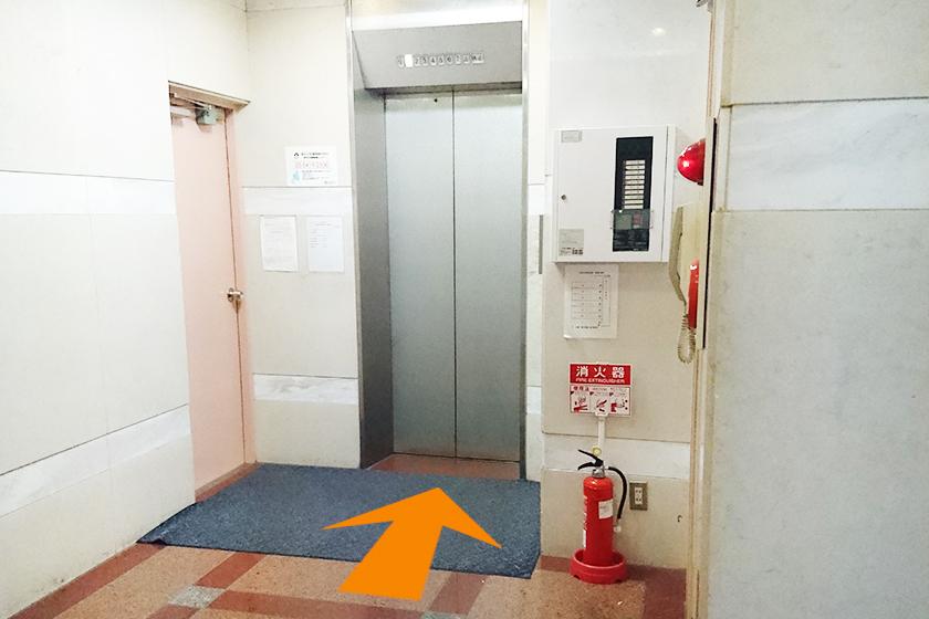 グレーのエレベーター
