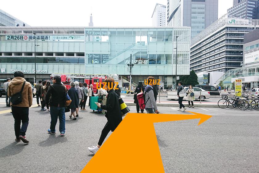 「新宿駅」を出て右折します