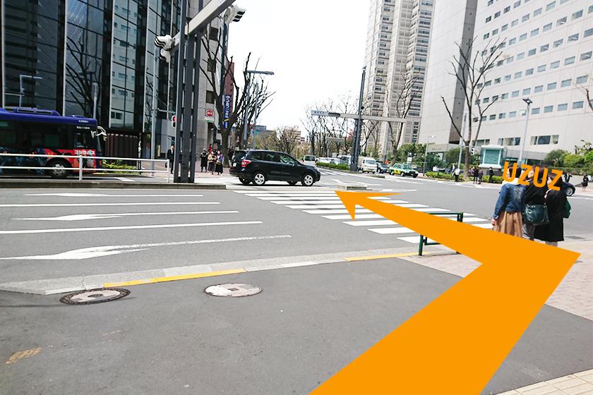 すぐ目の前の左側にある横断歩道を渡ります