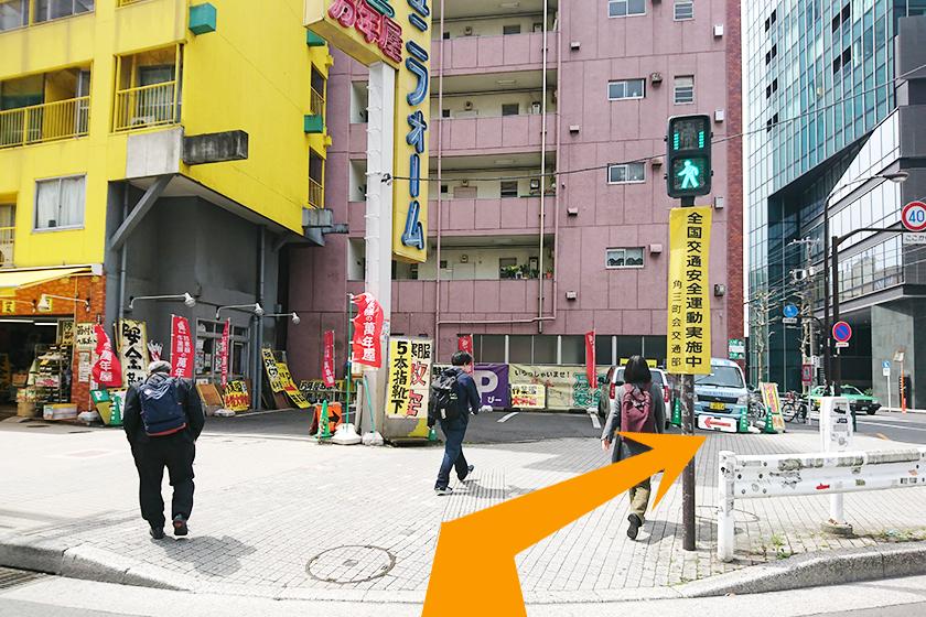 横断歩道を渡り、右側の道に進みます