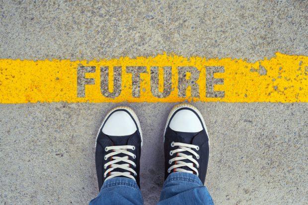 「FUTURE」と書かれた道と、その手間に立っている人の足元