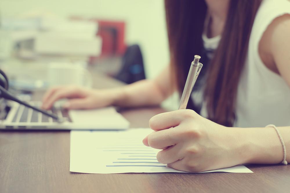 パソコンを使いながら勉強する女性