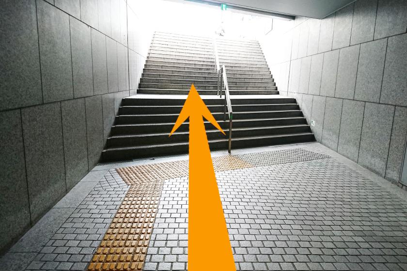 階段を上がると地上にでます