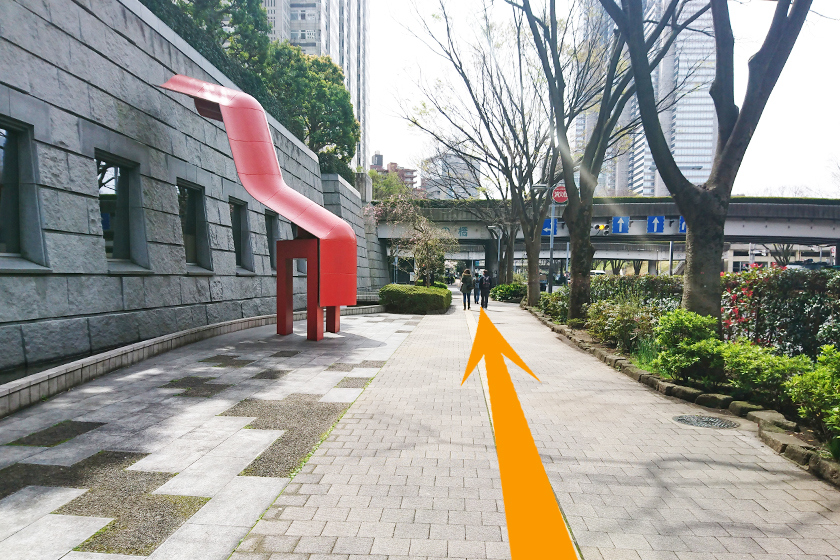 「赤いオブジェ」を左側に道なりに進みます