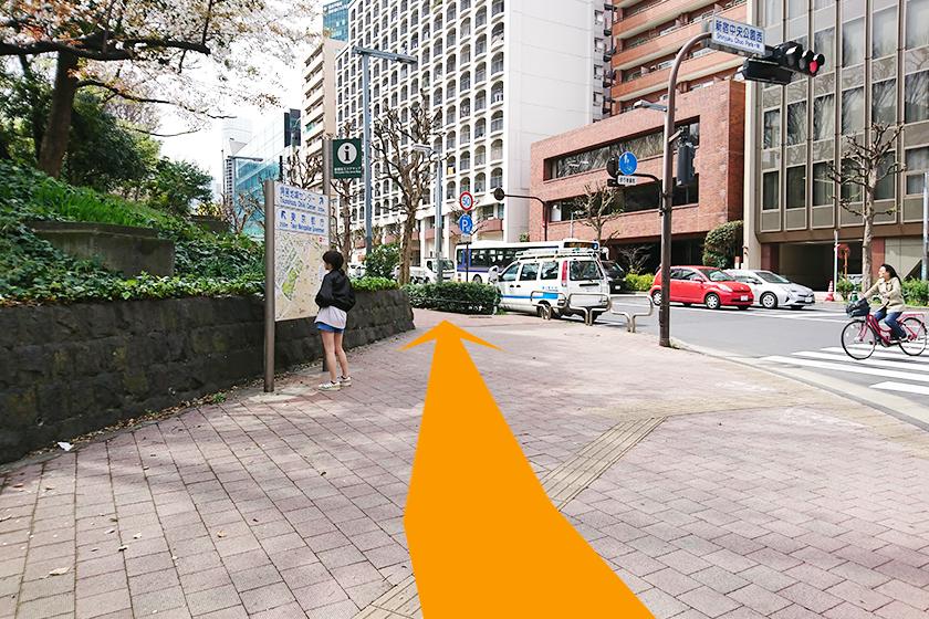 横断歩道を渡って、右側の道に進みます