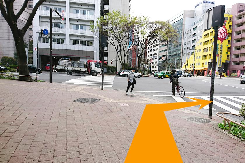 交差点が見えてきたら右折し、横断歩道を渡ります