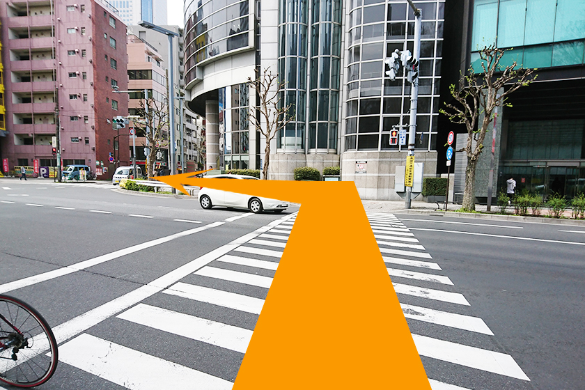 横断歩道を渡ったら、左折します