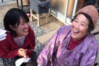 笑顔の先輩女性とNPO法人のスタッフ