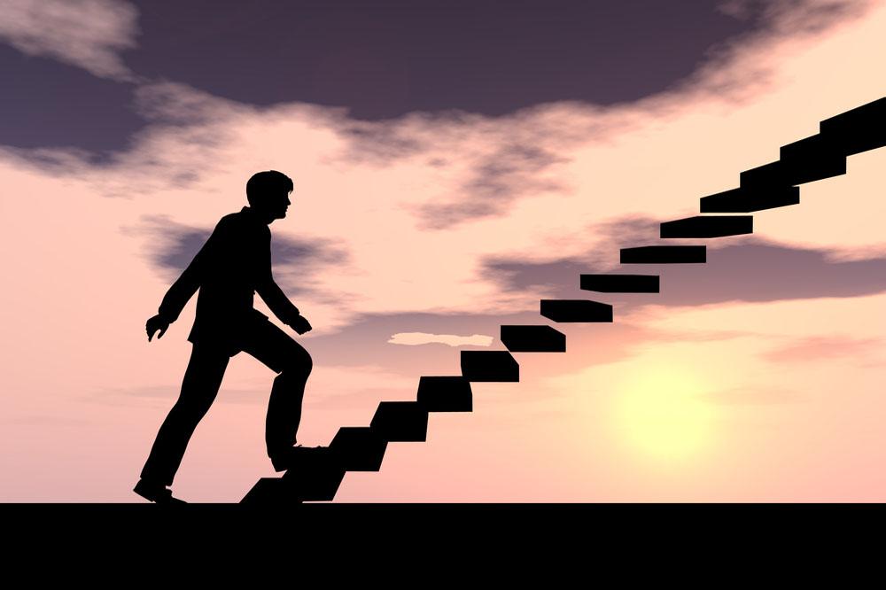 階段をのぼる男性のシルエット