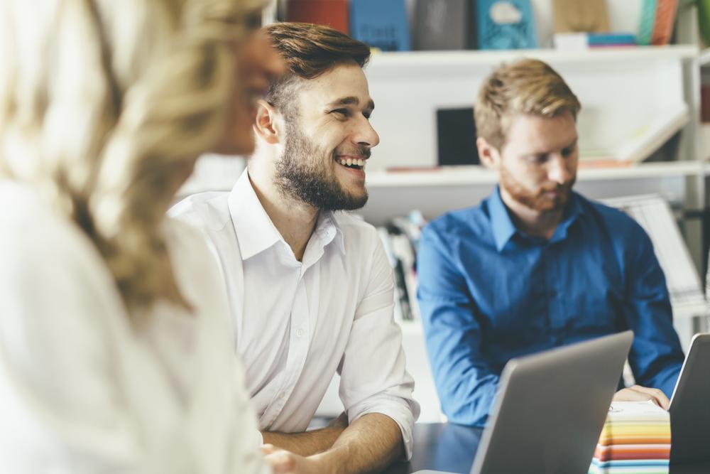 職場で談笑する男女
