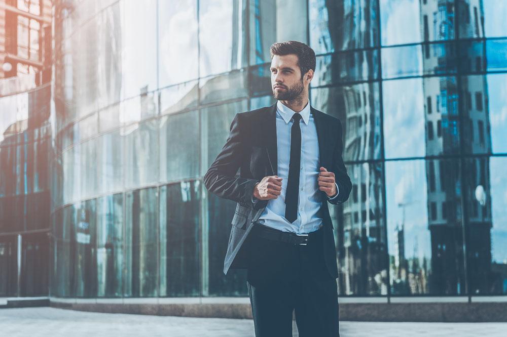 朝のビジネス街とスーツを着た男性
