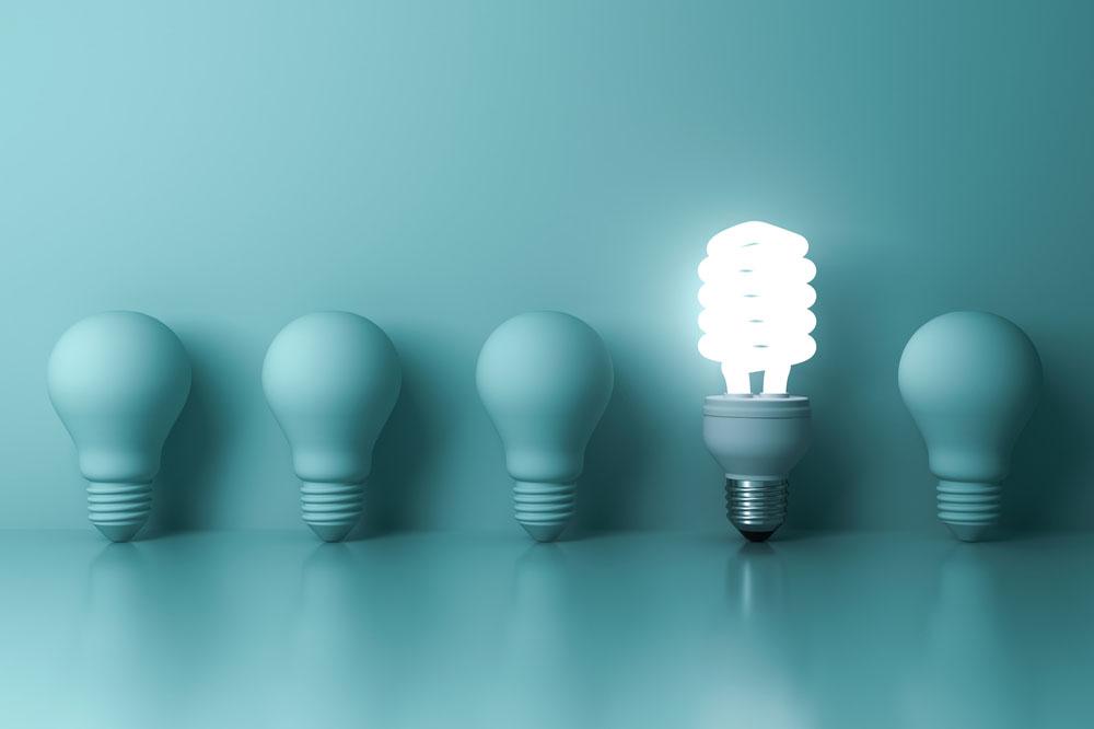 同じ電球が並ぶ中で一つだけ光っている電球