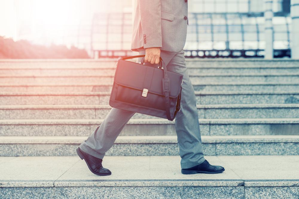 「特定派遣」と「正社員」の違いは?正社員登用を目指す人が押さえるべき、派遣のメリット・デメリット