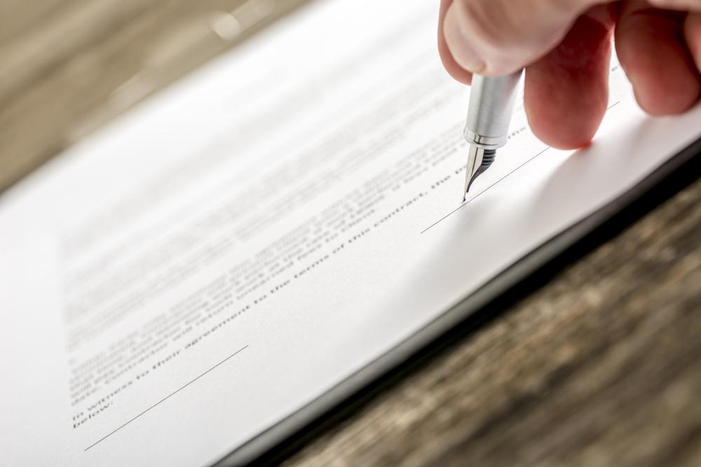 万年筆で履歴書を書く人の手元