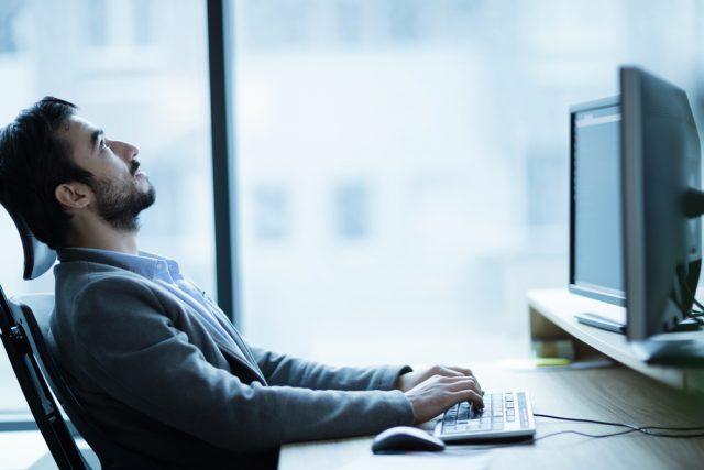 仕事の途中で考え事をする男性