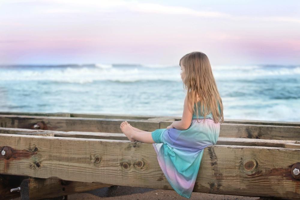 ぼんやりと海を眺める少女