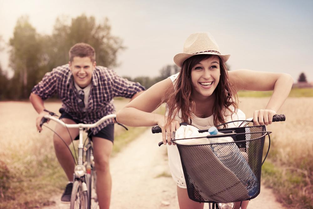 田舎道を自電車で走る男女