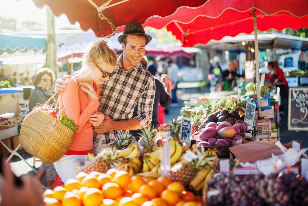カラフルな果物が並ぶマーケット