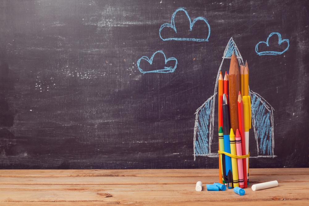 鉛筆など文房具の束をロケットに見立てるイラスト