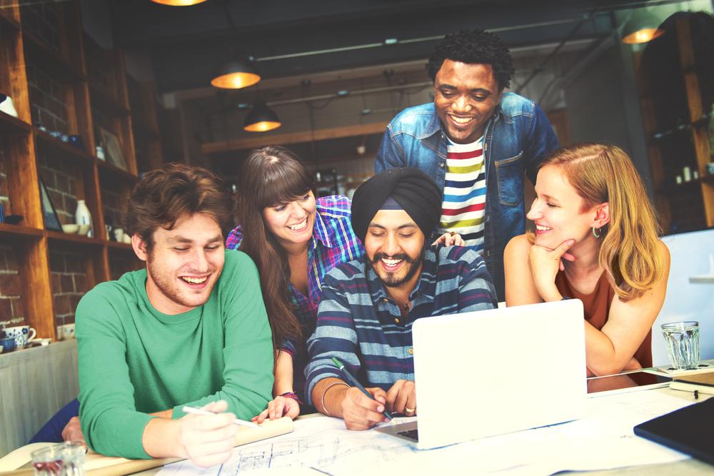 仲間と一緒に勉強する人々
