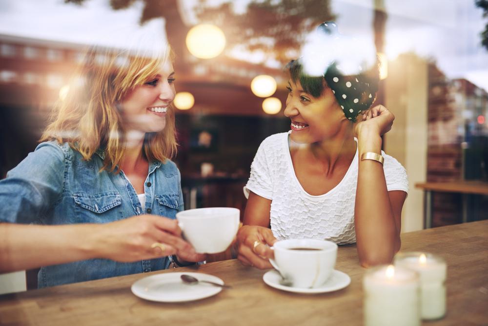 カフェで会話をする女性達