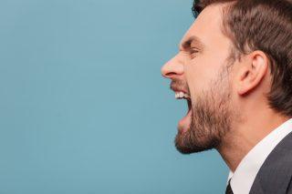 叫ぶ男性の横顔