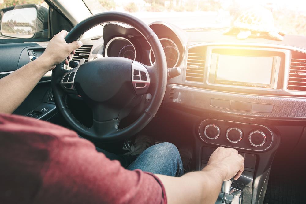 自動車を運転する男性
