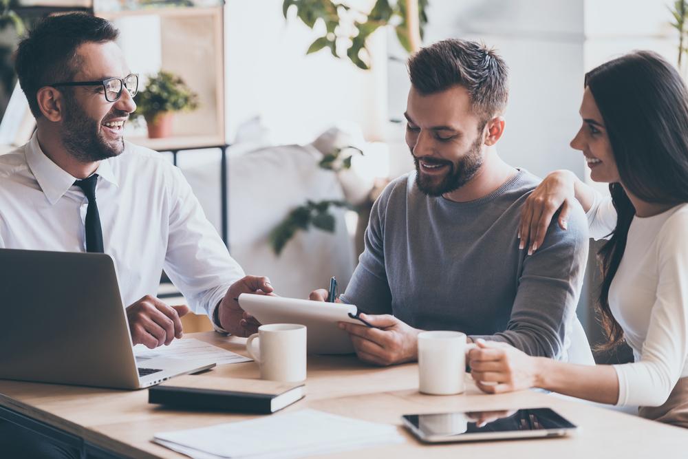 プロフィールを書き込む男性と営業マン