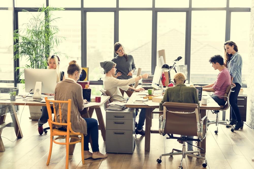 若者が多いオフィスの風景