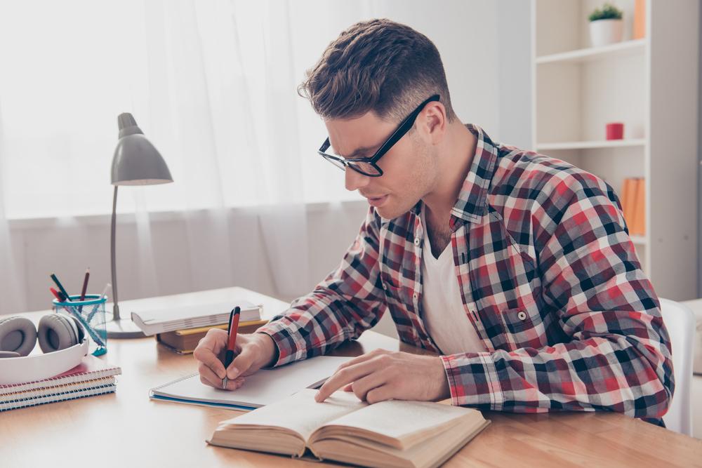 勉強する黒縁メガネをかけた男性
