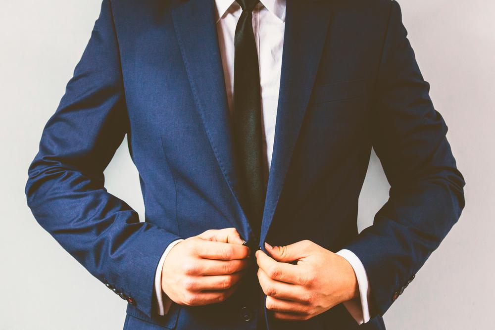 紺色のスーツを着ている男性