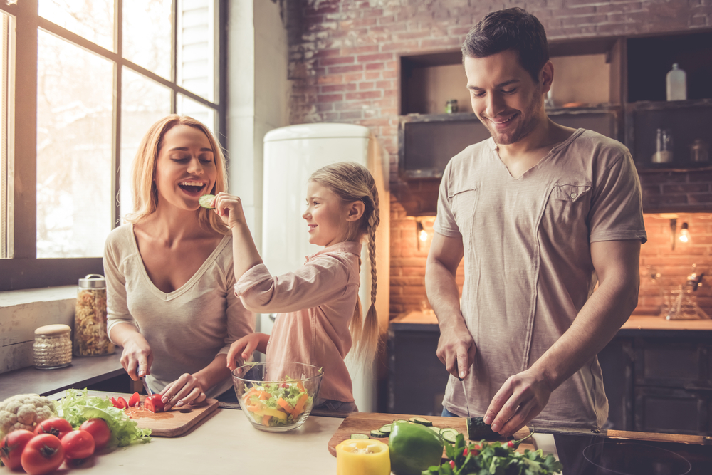 三人で仲良くキッチンに立ち、料理をする家族