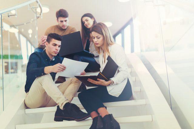 階段に座り話し合う人々