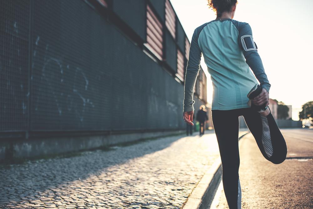 走っている途中の女性