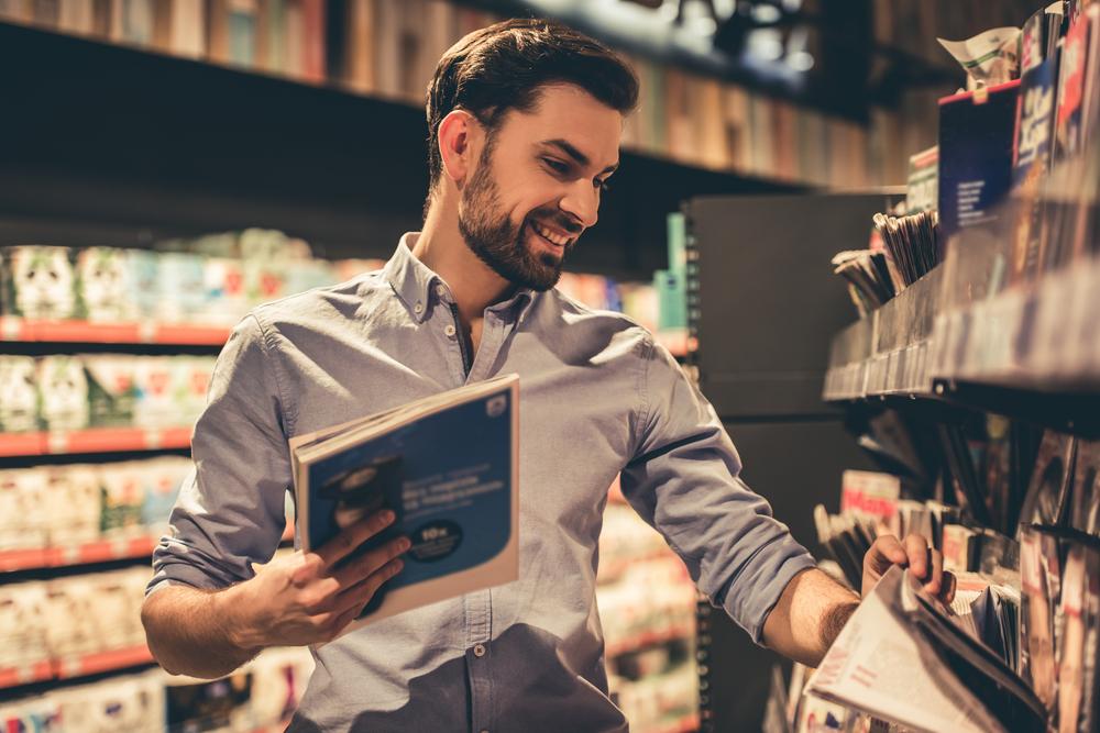 書店で雑誌を選ぶ男性