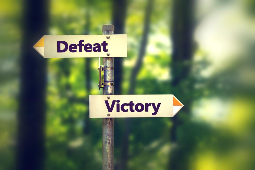 「Defeat」と「Victory」と書かれた看板