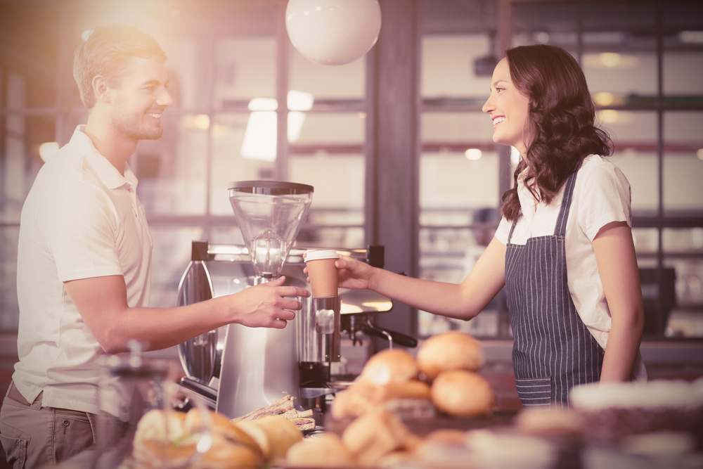 カフェで働く女性と男性の客