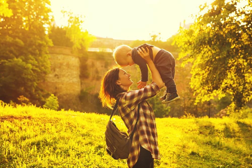 赤ちゃんを高い高いする母親