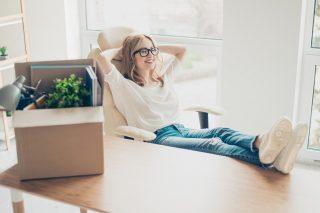引っ越した新しい部屋で、のびのび過ごす女性