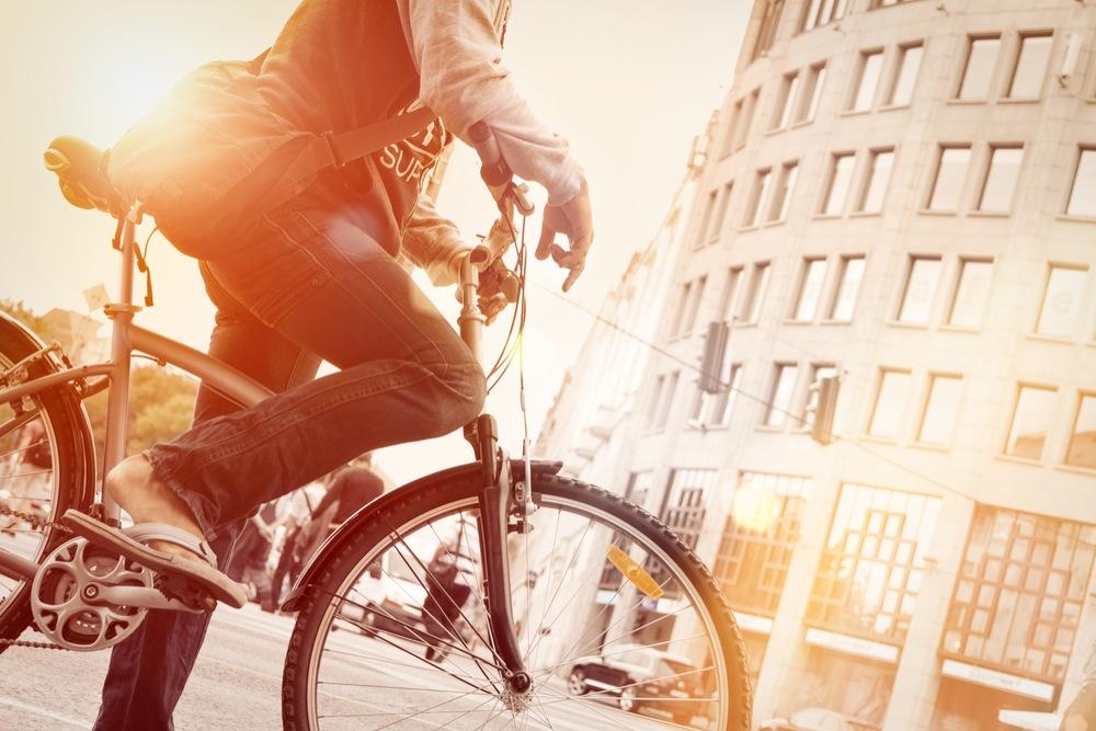自転車で街を走る男性