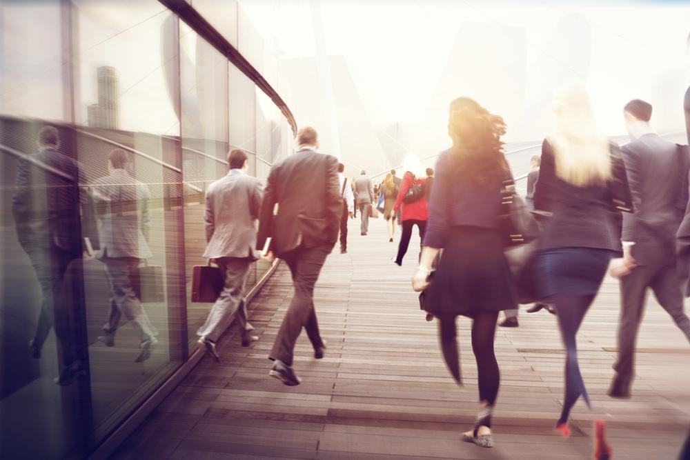 人々が足早に通り過ぎて行く都会の風景