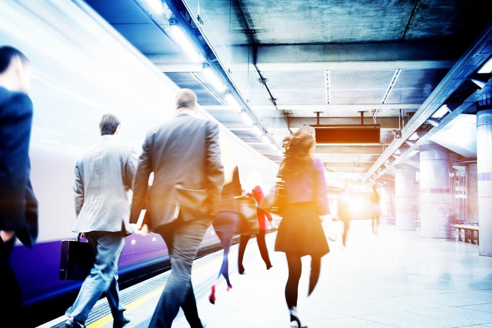 駅の中を歩く人々