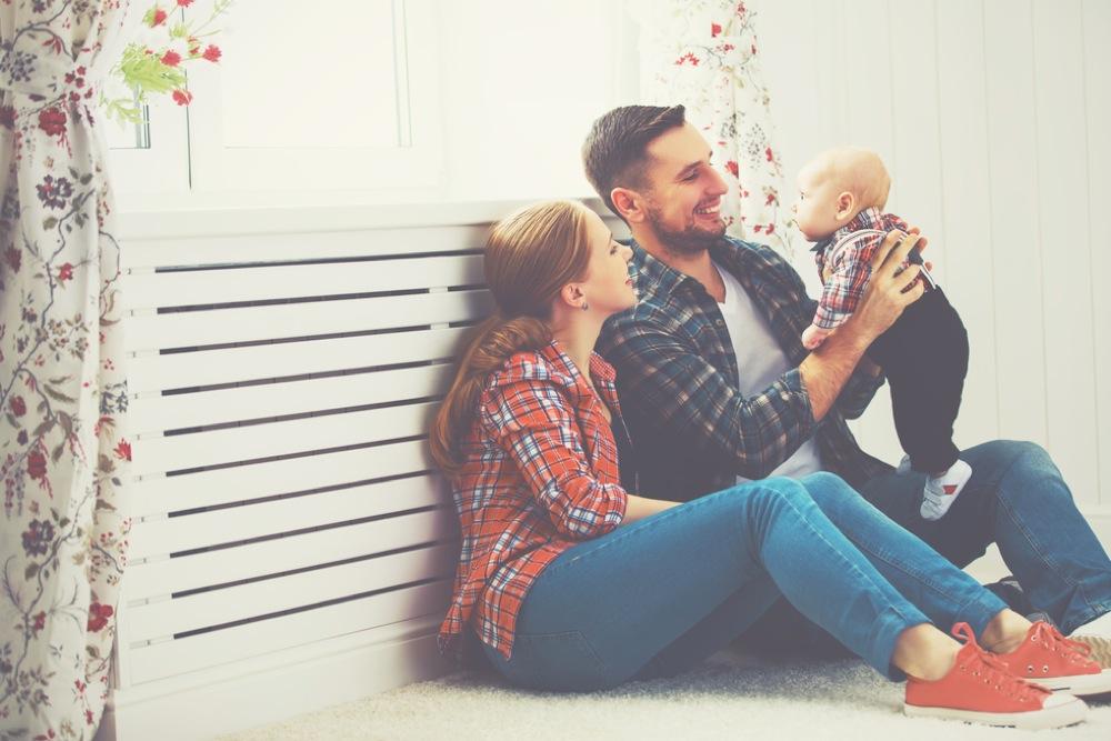 明るい室内で赤ちゃんをあやす夫婦