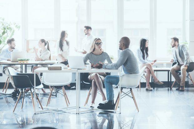 カフェスペースで会話する人々