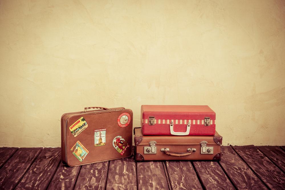 床に置かれた旅行鞄
