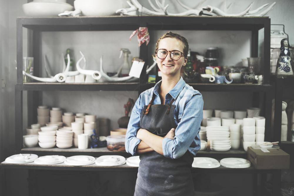 笑顔で腕を組む陶芸家