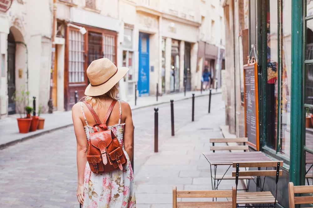 景色の美しい街を歩く女性