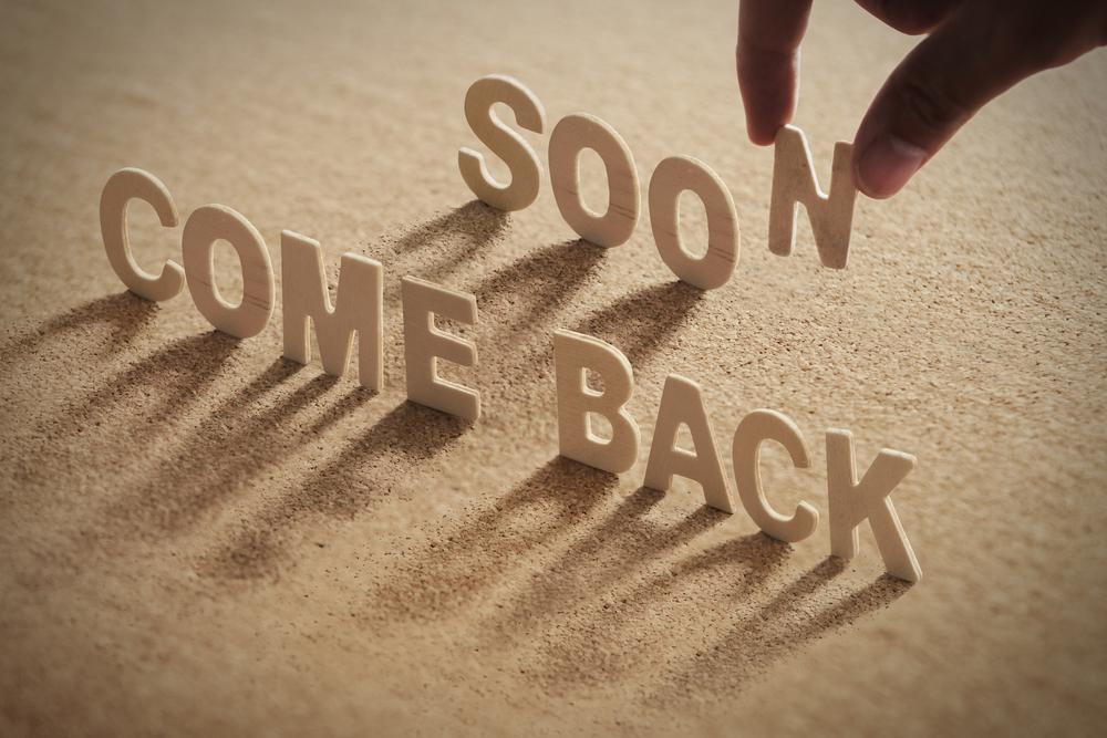 「COME BACK SOON」と置かれたアルファベット