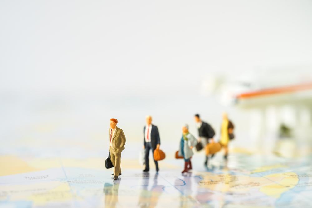 飛行機から降りて歩く人々