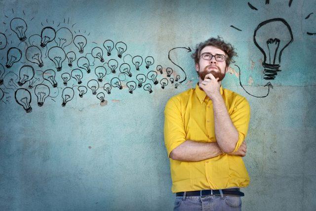 小さな考えから大きなヒラメキを得る男性のイメージ